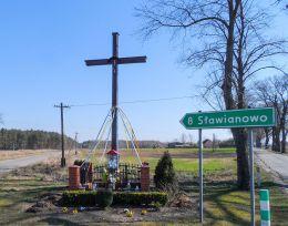 Krzyż przydrożny z kapliczką stojący na rozstaju dróg. Czajcze, gmina Krajenka, powiat złotowski.