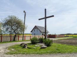 Krzyż przydrożny stojący na rozstaju dróg. Paruszka - gmina Krajenka, powiat złotowski.
