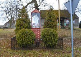 Przydrożna kapliczka oszklona z figurą Chrystusa. Piecewo, gmina Tarnówka, powiat złotowski.