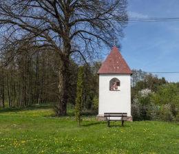Kapliczka przydrożna domkowa. Plecemin,  gmina Tarnówka, powiat złotowski.
