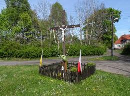 Krzyż przydrożny stojący na rozstaju dróg. Płytnica,  gmina Tarnówka, powiat złotowski.