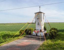 Kapliczka przydrożna stojąca na rozstaju dróg. Tarnowiec, gmina Tarnówka, powiat złotowski.