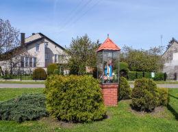 Przydrożna kapliczka oszklona z figurą Chrystusa. Tarnówka, powiat złotowski.