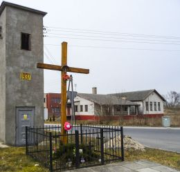 Krzyż przydrożny. Węgierce, gmina Tarnówka, powiat złotowski.
