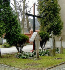 Krzyż na cmentarzyku przykościelnym. Złotów, powiat złotowski.