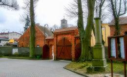 Krzyż przy kościele Wniebowzięcia NMP. Złotów, powiat złotowski.