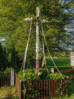 Krzyż przy drodze DW 111. Kąty, gmina Goleniów, powiat goleniowski.