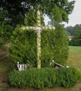 Krzyż na skrzyżowaniu dróg Stepnica-Goleniów. Zieloczyn, gmina Stepnica, powiat goleniowski.