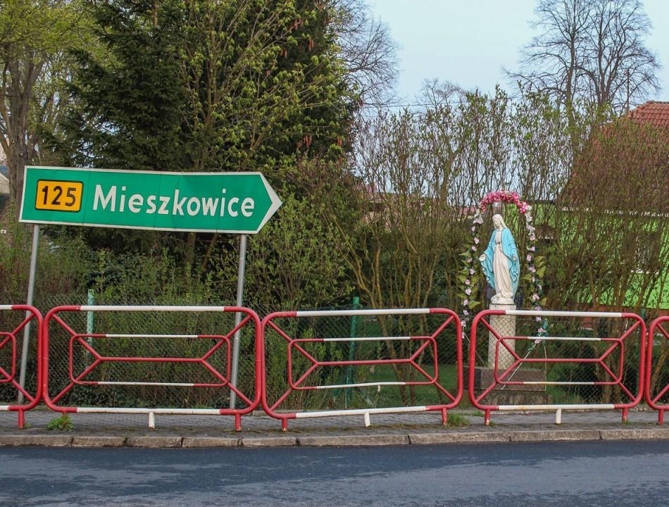 Figurka Matki Bożej na skrzyżowaniu ulic Dworcowej i Odrzańskiej. Moryń, powiat gryfiński.