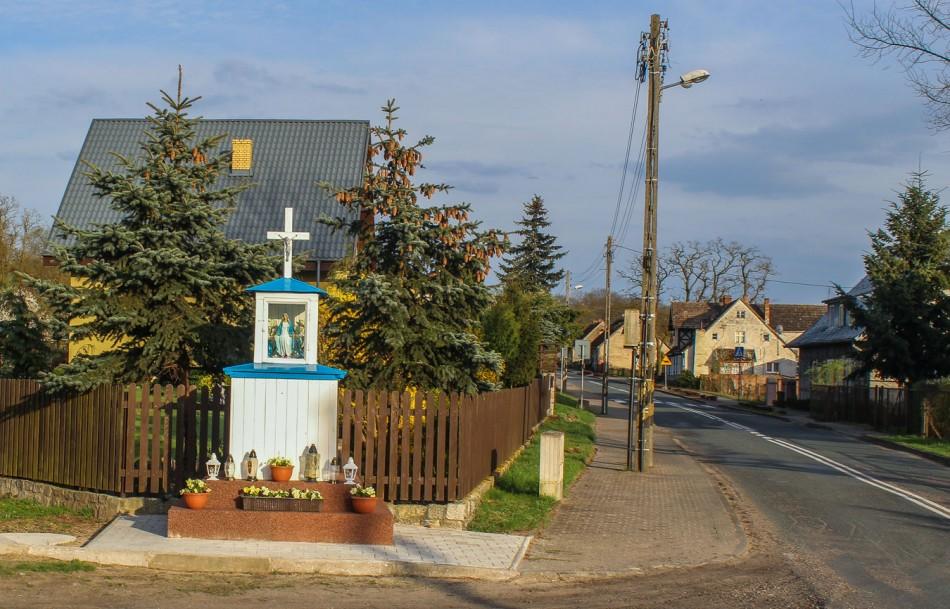 Kapliczka przy drodze Czelin-Siekierki. Stare Łysogórki,  gmina Mieszkowice, powiat gryfiński.