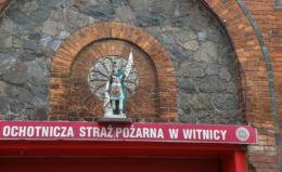 Figurka św. Floriana na budynku remizy Ochotniczej Straży Pożarnej. Witnica, gmina Moryń, powiat gryfiński.
