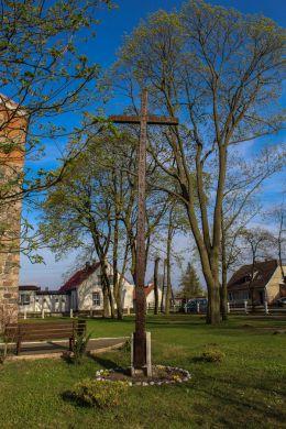 Krzyż Przy kościele pw. MB Częstochowskiej. Czelin, gmina Mieszkowice, powiat gryfiński.