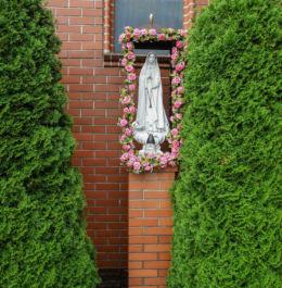 Figurka Matki Bożej przy kościele pw. Matki Bożej Częstochowskiej. Dargobądz, gmina Wolin, powiat kamieński.