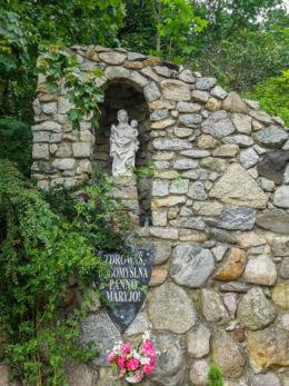 Grota Matki Bożej z dzieciątkiem Jezus przy kościele św.Piotra Apostoła. Międzyzdroje, powiat kamieński.
