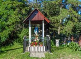 Przydrożna kapliczka z figurą św. Maryi. Ostromice, gmina Wolin, powiat kamieński.