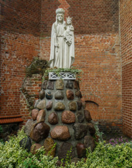 Figurka Królowej Matki Bożej przy kościele pw. Stanisława Biskupa i Męczennika. Wolin, gmina Wolin, powiat kamieński.
