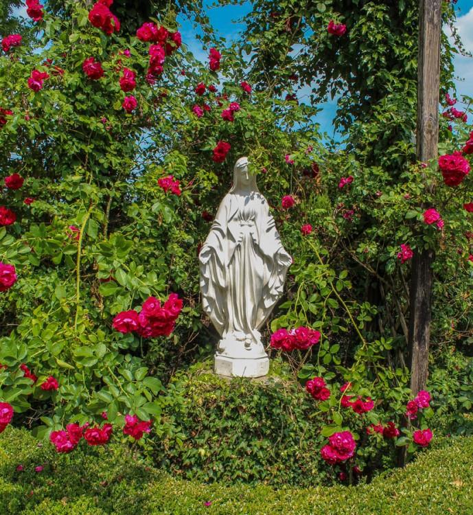Figurka Matki Bożej przy kościele pw. MB Królowej Świata ulica Klasztorna. Dobra, powiat policki.