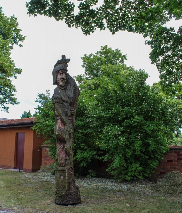 Rzeźba św. Floriana przy kościele pw. Boskiej Szkaplerznej . Wołczkowo, gmina Dobra, powiat policki.