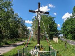 Krzyż przydrożny przy drodze Police-Trzebierz. Dębostrów, gmina Police, powiat policki.