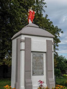 Figurka Jezusa przy kościele pw. Narodzenia NMP. Niekłończyca, gmina Police, powiat policki.