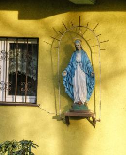 Figurka Matki Bożej na budynku plebanii  pw. Niepokalanego Poczęcia NMP przy ulicy Mazurskiej 1. Police, powiat policki.
