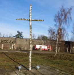 """Brzozowy krzyż przy ulicy Spółdzielczej  w pobliżu Muzeum Historycznego """"SKARB """", ku pamięci ofiar, więżniów i pracowników którzy polegli na terenie Polic podczas II Wojny Światowej. Police, powiat policki."""