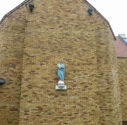 Figurka Matki Boskiej z Dzieciątkiem na murach kościoła pw. Nawiedzenia NMP. Przecław, gmina Kołbaskowo, powiat policki.