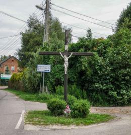 Krzyż przydrożny stojący w centrum wsi. Siedlice, gmina Police, powiat policki.