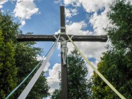 Krzyż przydrożny stojący w centrum wsi. Tanowo, gmina Police, powiat policki.