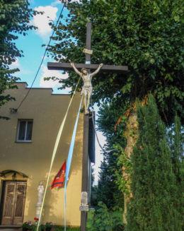 Krzyż przy kościele pw. Najświętszego Serca Pana Jezusa ,ufundowany przez mieszkańców Tanowa w 1989 r. Tanowo, gmina Police, powiat policki.