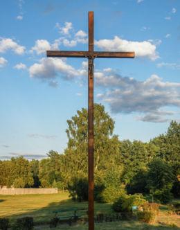 Krzyż na polanie przy drodze Dw 115. Tanowo, gmina Police, powiat policki.