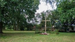 Krzyż na wzgórzu w miejscu starego cmentarza z XVIII w. Uniemyśl, gmina Police, powiat policki.