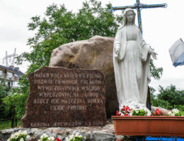 Przydrożna kapliczka z figurą Matki Boskiej, ufundowana przez rodzinę Jurewiczów w 2000 r. Warzymice, gmina Kołbaskowo, powiat policki.