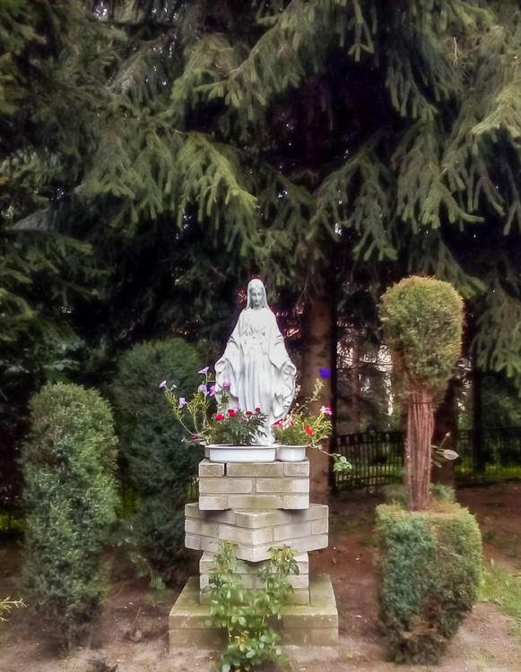 Figurka Matki Boskiej przy kościele pw. Wniebowzięcia NMP. Pęzino, gmina Stargard, powiat stargardzki.