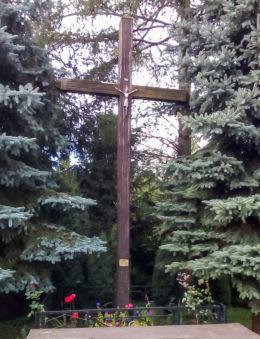 Krzyż z mini ołtarzem polowym przy kościele pw. Wniebowzięcia NMP. Pęzino, gmina Stargard, powiat stargardzki.