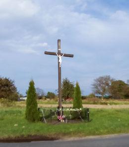 Krzyż na skraju wsi przy drodze DK 20. Ulikowo, gmina Stargard, powiat stargardzki.