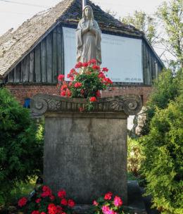 Figurka Matki Bożej przy kościele pw. Świętej Trójcy. Szczecin, Szczecin.