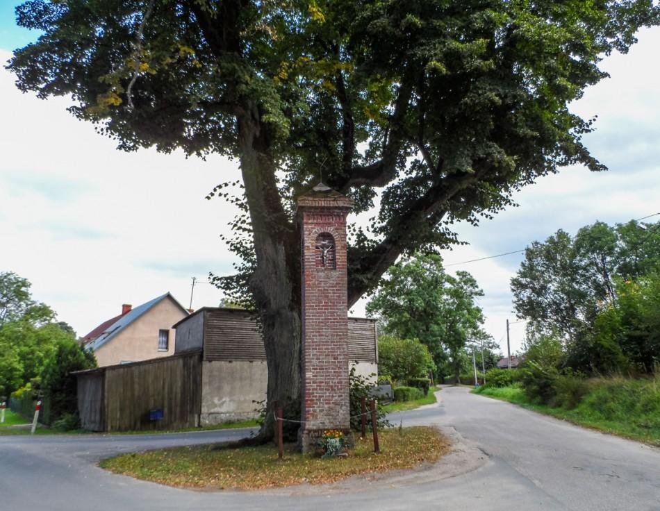 Przydrożna kapliczka kolumnowa. Nakielno, gmina Wałcz, powiat wałecki.
