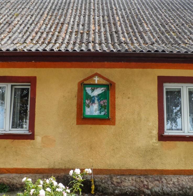 Kapliczka na budynku. Różewo, gmina Wałcz, powiat wałecki.