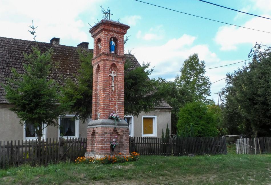 Przydrożna kapliczka latarniowa. Strzaliny, gmina Tuczno, powiat wałecki.