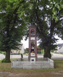 Przydrożna kapliczka słupowa z figurą św. Jana Nepomucena. Mielęcin – gmina Człopa, powiat wałecki.