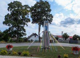 Kapliczka przydrożna, kolumnowa z figurą Świętego Floriana. Chwiram, gmina Wałcz, powiat wałecki.