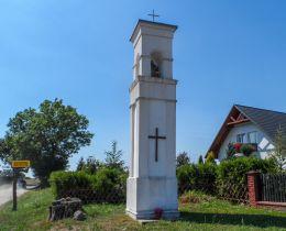 Przydrożna kapliczka latarniowa. Dobino, gmina Wałcz, powiat wałecki.