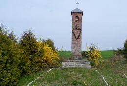 Przydrożna kapliczka słupowa. Gostomia, gmina Wałcz, powiat wałecki.