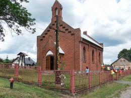 Krzyż przed kościołem w centrum wsi. Jaglice, gmina Człopa, powiat wałecki.