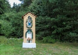 Kapliczka przydrożna, murowana. Strzaliny, gmina Tuczno, powiat wałecki.