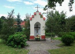 Kapliczka na terenie dawnego cmentarza przy ulicy Mickiewicza. Tuczno, powiat wałecki.