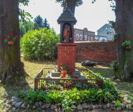 Kapliczka drewniana na murowanym postumencie. Wałcz, powiat wałecki.