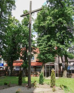 Krzyż przy kościele pw. św. Mikołaja. Wałcz, powiat wałecki.