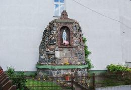 Kapliczka – grota z figurą Matki Boskiej przy ulicy Papieża Jana XXIII, przy ścianie domu sióstr felicjanek. Wałcz, powiat wałecki.